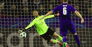 WATCH: Kasper Schmeichel Preserves Leicester's Champions League Record With Superb Save