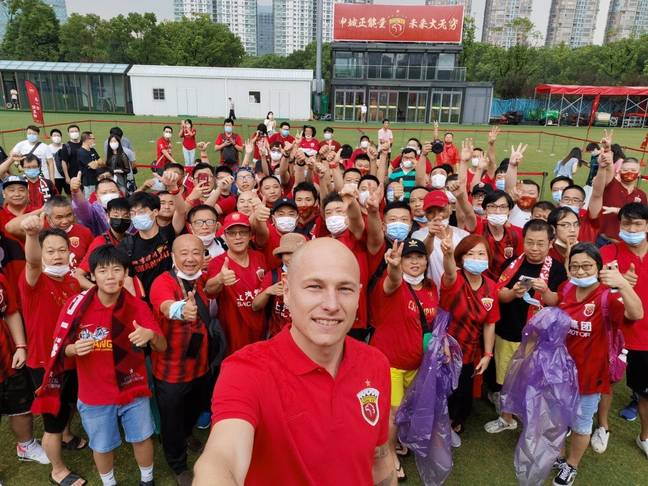 Aaron Mooy poses with the Shanghai SIPG fans. Credit: Twitter / Shanghai SIPG