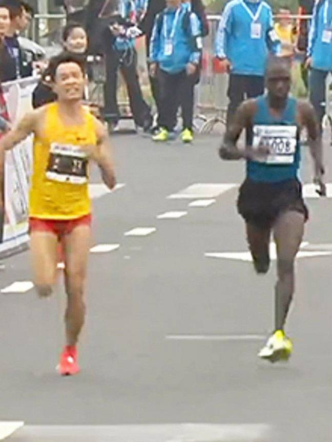 Wu said he didn't want the African runner to beat him. Credit: sina.com