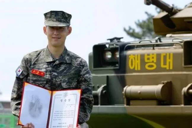 Son receiving an award. (Image Credit: South Korea Military Corps/Facebook)