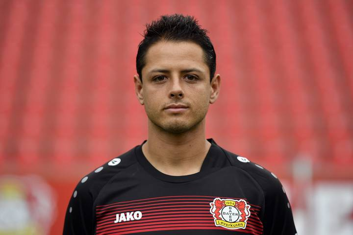 Javier Hernandez Shows Off His Gruesome Hand Injury After Fall At Home