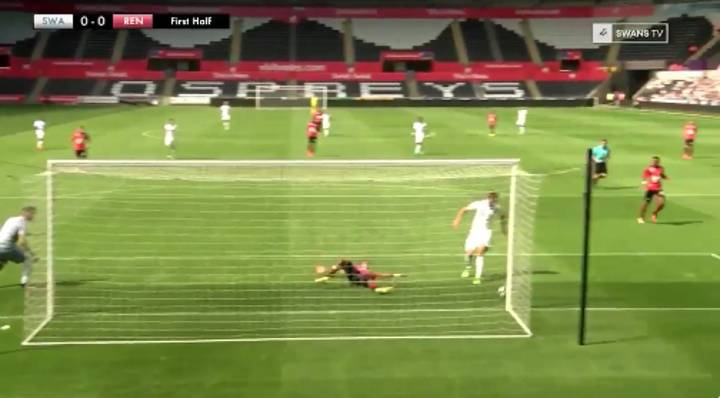 WATCH: Fernando Llorente Misses Sitter From A Yard Out On His Swansea Debut