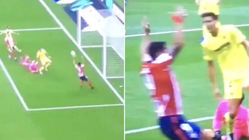 "Luis Suarez Bizarrely ""Appeals For Handball"" Against Villarreal Goalkeeper In The Penalty Area"